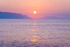 Paysage de matin avec le lever de soleil au-dessus de la mer Photographie stock