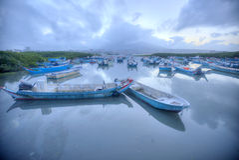 Paysage de matin avec les bateaux échoués sur la rivière de Tamsui pendant une marée basse, Taïpeh Taïwan Image stock