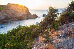 Paysage de matin avec les falaises, la mer et la petite baie avec des bateaux sur l'eau Photos stock