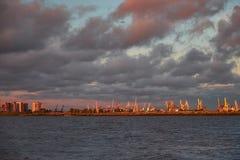 Paysage de mer avec des grues de chantier naval dans la lumière de coucher du soleil images libres de droits