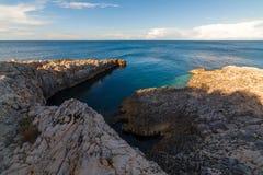 Paysage de mer avec des roches, des falaises et la forêt un jour ensoleillé d'été Croatie Photographie stock