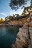 Paysage de mer avec des roches, des falaises et la forêt un jour ensoleillé d'été Croatie Photo libre de droits