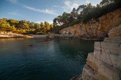 Paysage de mer avec des roches, des falaises et la forêt un jour ensoleillé d'été Croatie images libres de droits