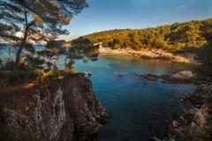 Paysage de mer avec des roches, des falaises et la forêt un jour ensoleillé d'été Croatie Photos libres de droits