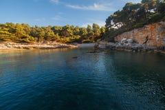 Paysage de mer avec des roches, des falaises et la forêt un jour ensoleillé d'été Croatie Photo stock