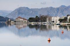 Paysage de mer avec la belles maison et montagnes Images stock