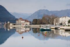 Paysage de mer avec la belles maison et montagnes Photo stock