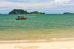 Paysage de mer avec le bateau de pêche Images stock