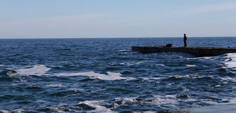 Paysage de mer avec un chiffre d'un homme Photos libres de droits