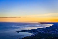 Paysage de mer de coucher du soleil de Taormina photos libres de droits