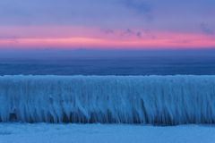 Paysage de mer d'hiver à l'aube de matin Photos stock