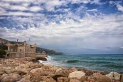 Paysage de mer de Beauytiful de Menton, France Beau paysage marin avec un ciel nuageux images libres de droits