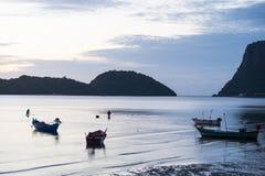 Paysage de mer et de montagnes avec le pêcheur Photographie stock libre de droits