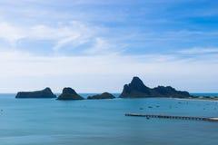 Paysage de mer et de montagnes en Thaïlande Photographie stock libre de droits