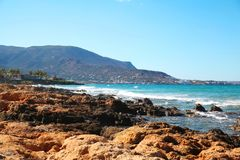 Paysage de mer ou océan et montagne bleus Photo libre de droits