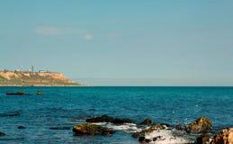 Paysage de mer sur la côte de la Mer Noire près de la baie, l'eau de couleur azurée Images libres de droits
