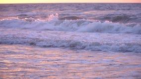 Paysage de mer de vagues de coucher du soleil banque de vidéos