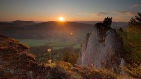 Paysage de montagne au coucher du soleil, laps de temps banque de vidéos