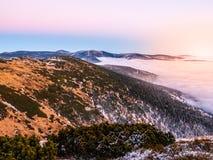 Paysage de montagne au temps de coucher du soleil Soirée de Freezy et inversion de temps, montagnes géantes, aka Krkonose, Républ Photo libre de droits