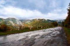 Paysage de montagne avec des nuages et des arbres colorés Photographie stock