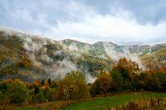 Paysage de montagne avec des nuages et des arbres colorés Images libres de droits