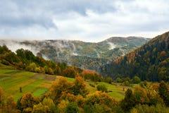 Paysage de montagne avec des nuages et des arbres colorés Photo libre de droits