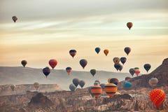 Paysage de montagne avec de grands ballons dans une saison d'été courte image stock