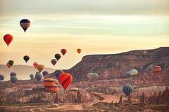 Paysage de montagne avec de grands ballons dans une saison d'été courte images stock