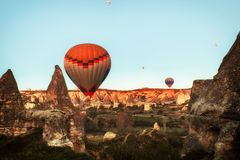 Paysage de montagne avec de grands ballons dans une saison d'été courte photos libres de droits