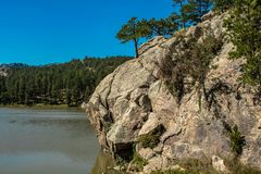paysage de montagne, avec la falaise autour du lac image stock