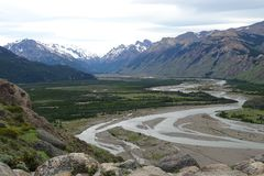 Paysage de montagne avec la rivière Snake de Chalten, Argentine Image libre de droits
