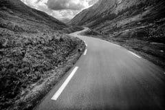 Paysage de montagne avec la route incurvée image libre de droits