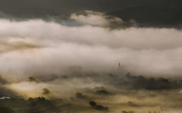 Paysage de montagne avec le brouillard de matin d'été au lever de soleil Image libre de droits