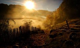 Paysage de montagne avec le brouillard de matin d'automne au lever de soleil Photographie stock libre de droits