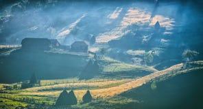 Paysage de montagne avec le brouillard de matin d'automne au lever de soleil - Fundatura Ponorului images libres de droits