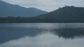 Paysage de montagne avec le brouillard flottant dans le lac banque de vidéos