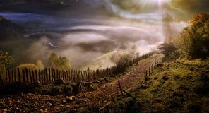 Paysage de montagne avec le brouillard de matin d'automne au lever de soleil Photographie stock
