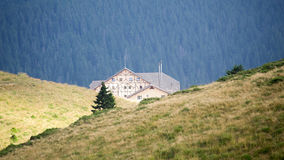 Paysage de montagne avec le chalet Images stock