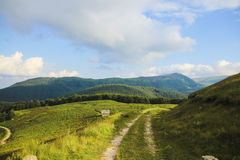 Paysage de montagne avec le chemin entre le ciel et la terre Image libre de droits