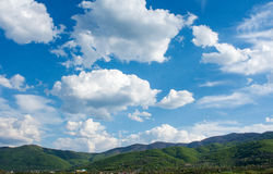 Paysage de montagne avec le ciel bleu en Bulgarie Images stock