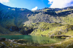 Paysage de montagne avec le lac bleu profond, haute altitude Photo libre de droits
