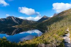 Paysage de montagne avec le lac et le chemin de hausse photo libre de droits