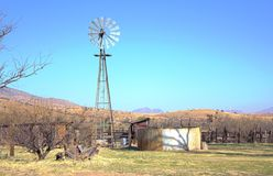 Paysage de montagne avec le moulin à vent image libre de droits