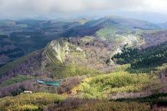 Paysage de montagne avec le réservoir Images stock