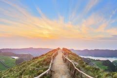 Paysage de montagne avec le sentier de randonnée et la vue de beaux lacs, Ponta Delgada, sao Miguel Island, Açores, Portugal images libres de droits