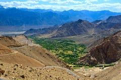 Paysage de montagne avec le village en vallée l'himalaya Photographie stock