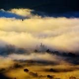 Paysage de montagne avec les nuages épais Image stock