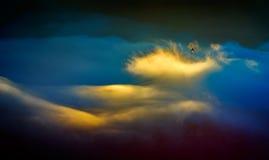 Paysage de montagne avec les nuages épais Photo stock