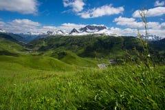 Paysage de montagne avec les prés et le soleil verts Photos libres de droits