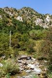 Paysage de montagne avec un courant images stock